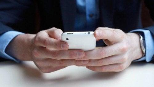 Hände und Smartphone