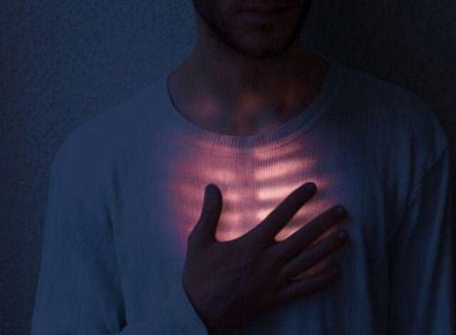Hand auf's Herz - Inneres leuchtet