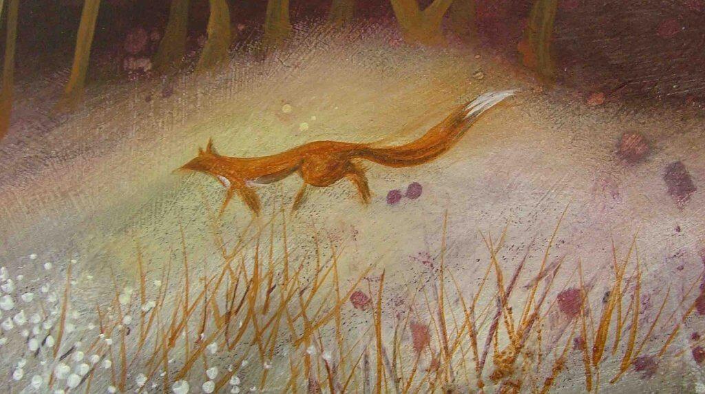 Ein Fuchs streift durch eine nebelbedeckte Lichtung.