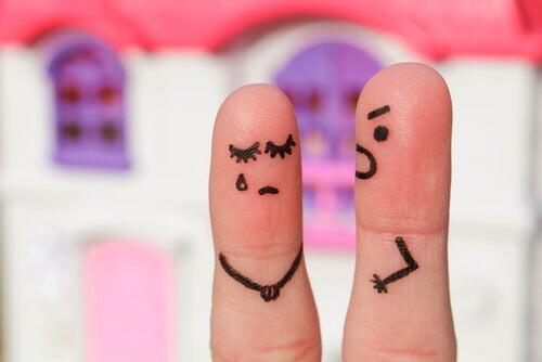 Finger stellen wütenden und traurigen Partner dar