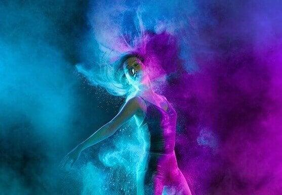 Eine Tänzerin dreht sich im Farbenrausch.