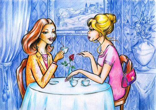 Freundinnen bei Tisch sprechen miteinander
