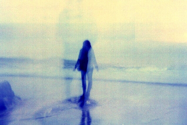 Verschwommenes Bild einer Frau am Strand