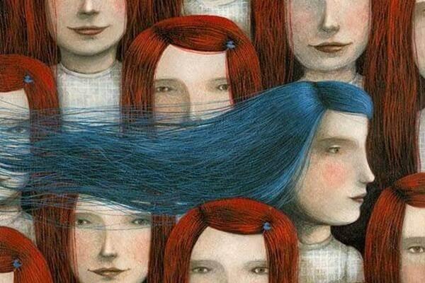 Mädchen mit blauem Haar fällt in der Menge auf
