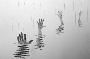 Hände ragen aus dem Wasser