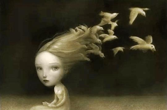 Ein Schwarm Vögel fliegt aus dem Haar eines Kindes