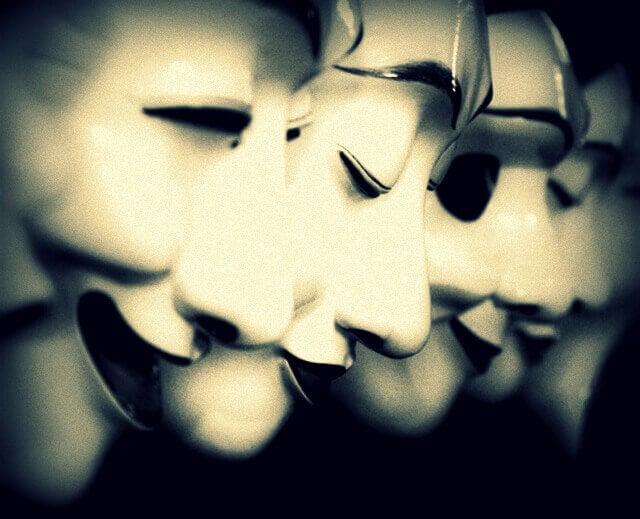 Reihe von Masken, die Halbwahrheiten verdecken