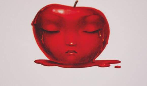 Roter Apfel mit Gesicht weint