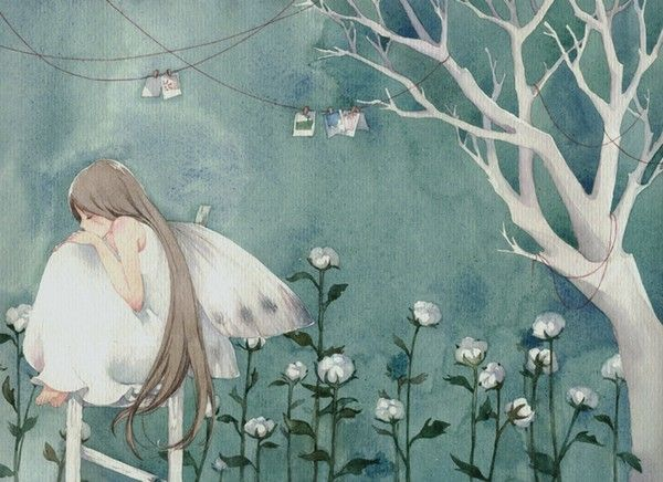 Mädchen sitzt in Erinnerungen versunken auf einem Gartenzaun