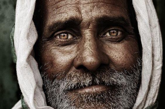 Portrait eines Mannes mit wunderschönen braunen Augen