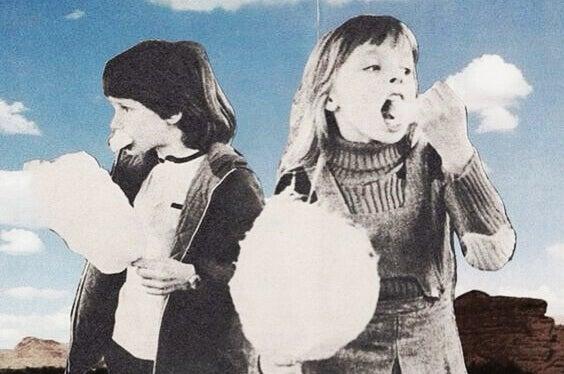 Kinder essen Zuckerwatte