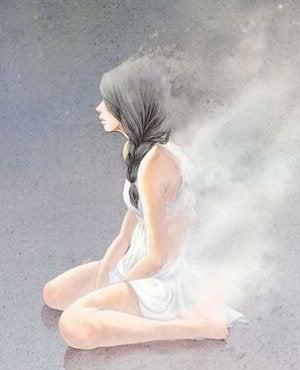 Eine Frau kniet auf dem Eis.