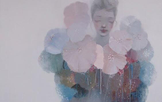 Frau in Pastellfarben mit Blüten