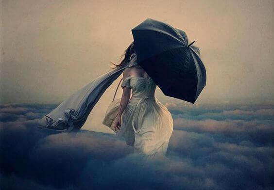 Frau mit Regenschirm spaziert über Wolkenbank.