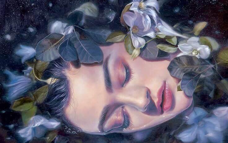 Von Blumen bedeckte Frau schläft
