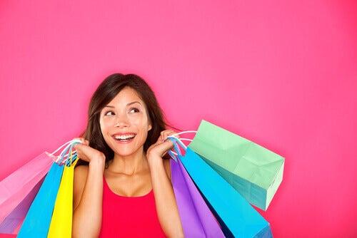 Frau mit zahlreichen Einkaufstaschen