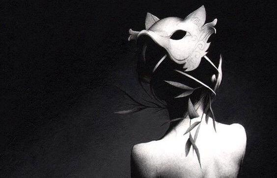 Frau mit Wolfsmaske