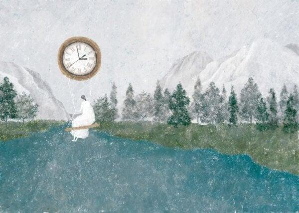 Frau auf Schaukel, die an einer Uhr hängt, in einer Gebirgslandschaft mit Fluss