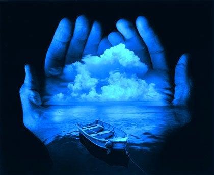Eine Person hält ihre Welt in den Händen.