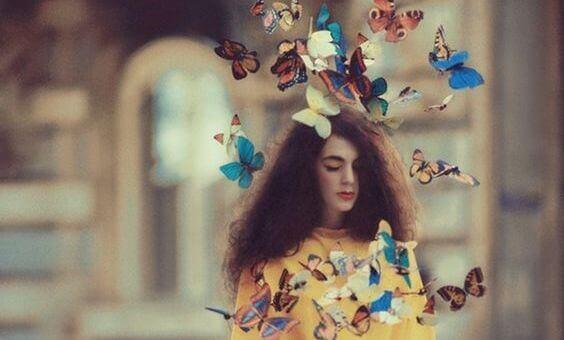 Eine von Schmetterlingen umgebene Frau