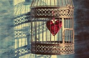 Abhängigkeit in der Partnerschaft - ein Herz im goldenen Käfig