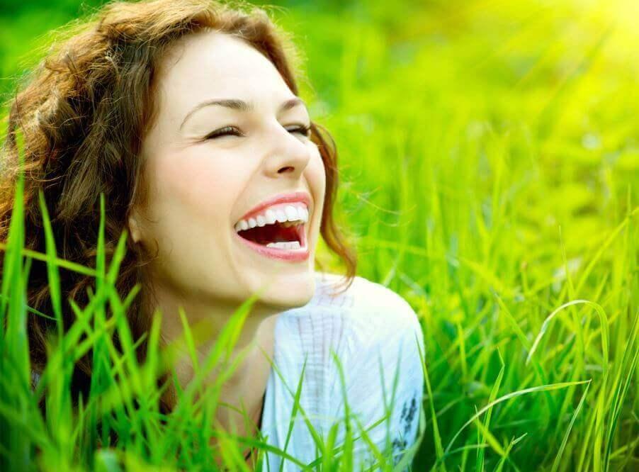 Eine lachende Frau im Gras