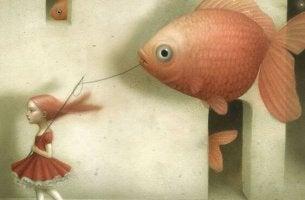 Ein Mädchen führt einen Goldfisch an der Leine Gassi.