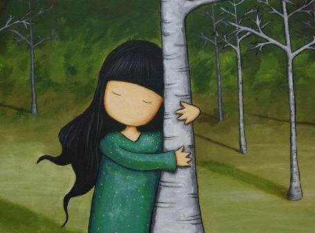 Ein Mädchen umarmt einen Baum