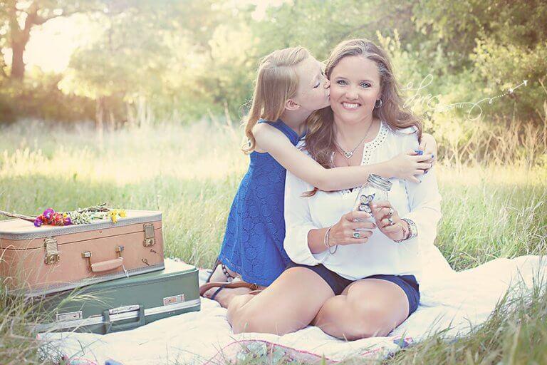 Mutter beim Picknicken mit ihrer Tochter