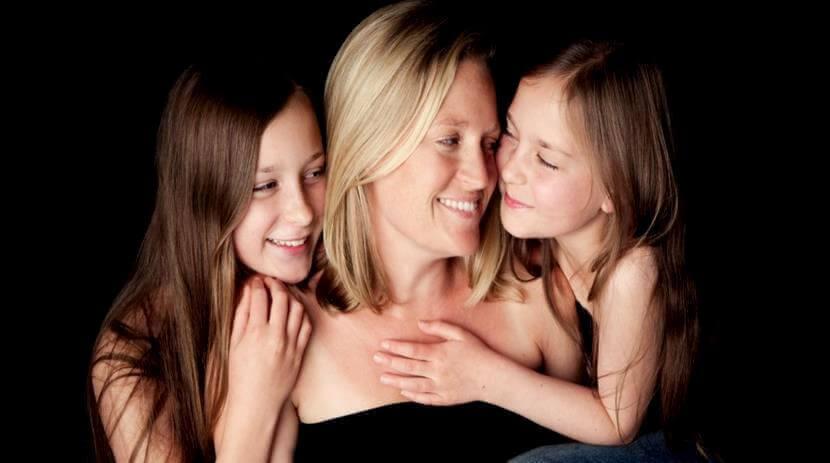 Eine Mutter mit ihren Töchtern