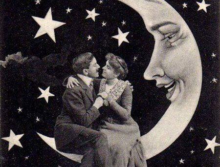 Paar sitzt auf Mondsichel