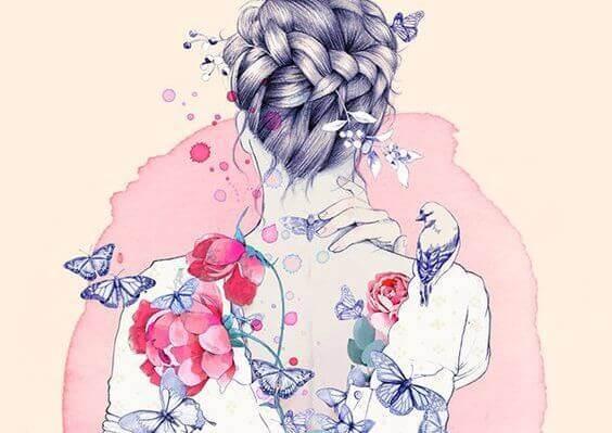 Der Rücken einer Frau verziert mit Blumen und Schmetterlingen