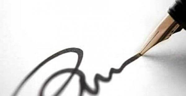 Ein Füllfederhalter zieht eine schwarze Unterschriftenlinie.