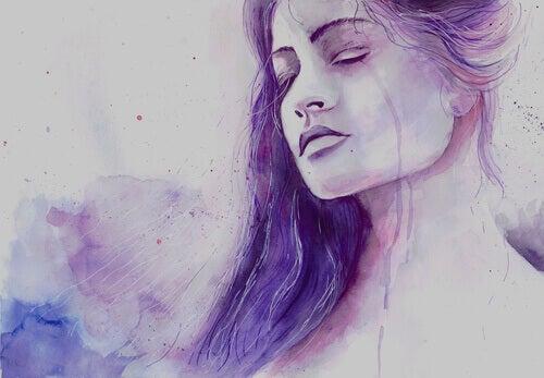 Frau mit lila Haaren