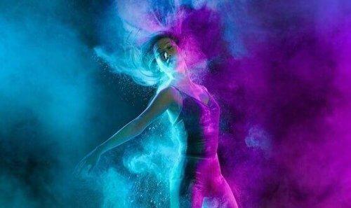 Tänzerin in blauem und lila Licht