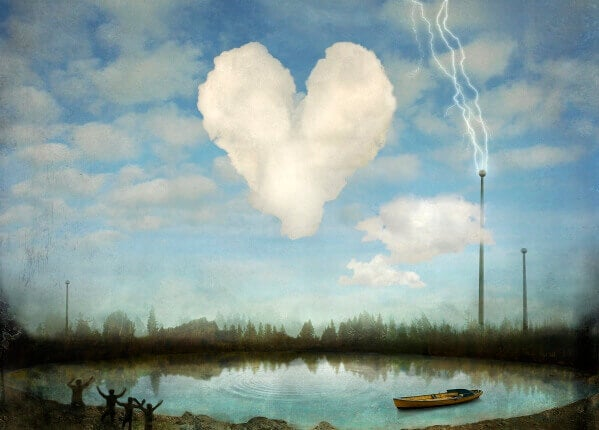 Wolke in Form eines Herzens neben einem Blitzableiter