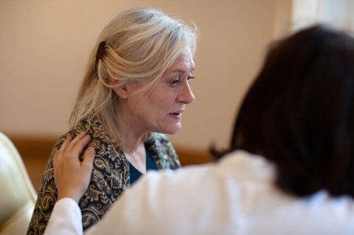 Trost für eine Frau mit Morbus Alzheimer
