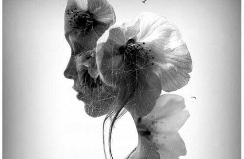 Frau mit Blüten verwoben