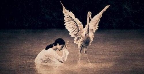 Ein Mädchen mit einem Laufvogel