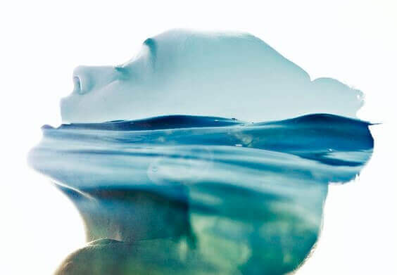 Kopf einer Frau, in dem sich das Meer befindet