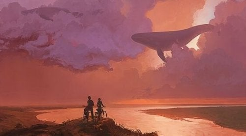 Ein Paar, das von seinen Fahrrädern in den Himmel sieht