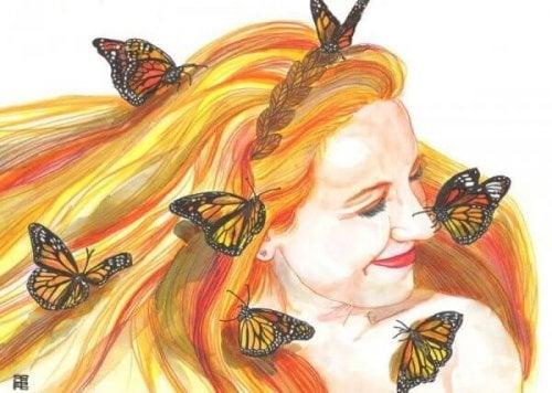 Lächelnde Frau mit Schmetterlingen im Haar