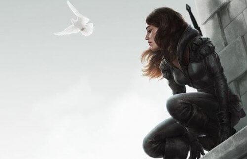 Pessimistische Frau, über der eine Friedenstaube fliegt