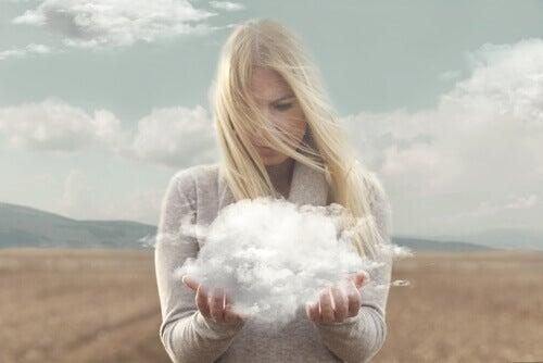 Frau, die eine Wolke in ihren Händen hält.