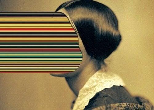 Eine Frau, dessen Gesicht vielfarbig projiziert