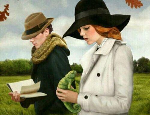 Ein Mann liest ein Buch und eine Frau hält ein Chamäleon in der Hand