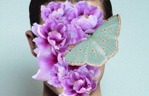 Blumen vor dem Gesicht