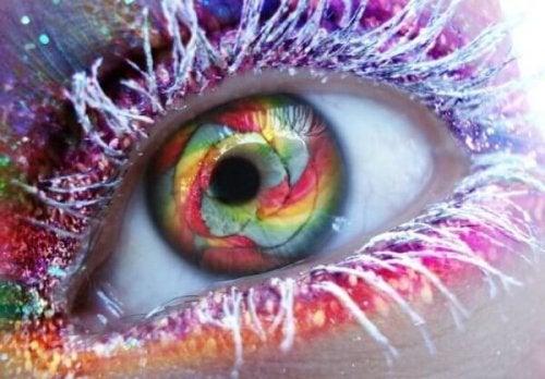 Auge, das bunt geschminkt und dessen Iris farbenfroh ist