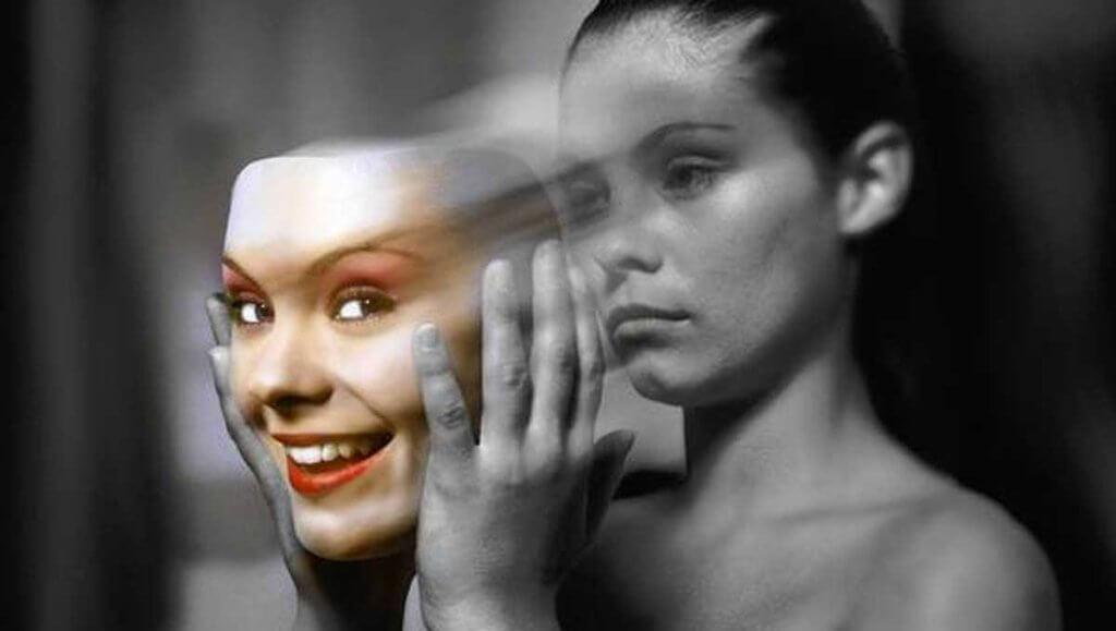 Frau nimmt sich lächelnde Maske ab
