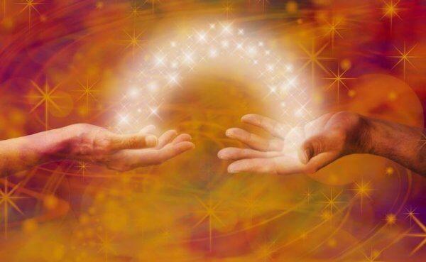 Zwei Hände, die eine magische Verbinung miteinander haben